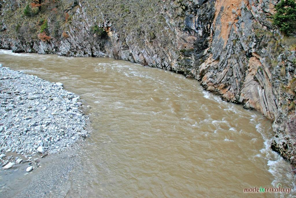 ο Ασπροπόταμος κάτω από το Γαρδίκι