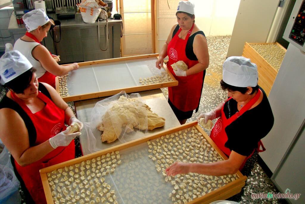 Ο τραχανάς παρασκευάζεται σε παραδοσιακό εργαστήριο