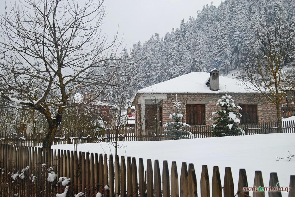 Πέτρινο σπίτι στο χιονισμένο Περτούλι