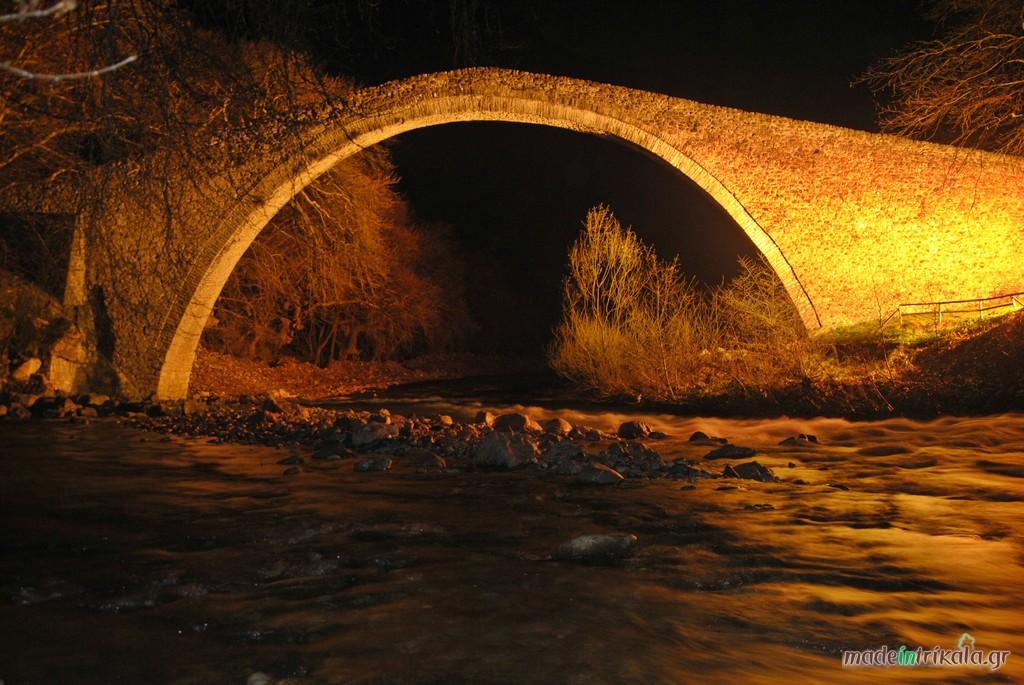 Η τοξωτή γέφυρα Πύλης (Καμάρα) φωτισμένη