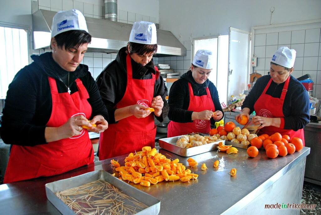 Γυναίκες σε συνεταιρισμό παρασκευάζουν γλυκό πορτοκάλι