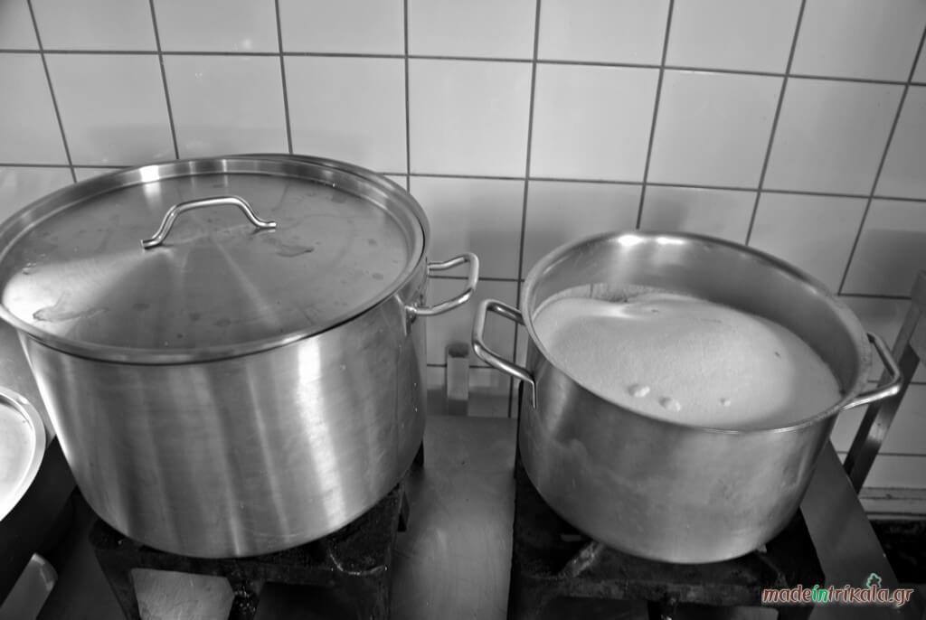 Η ζάχαρη χρησιμοποιείται για το σιρόπι των παραδοσιακών γλυκισμάτων
