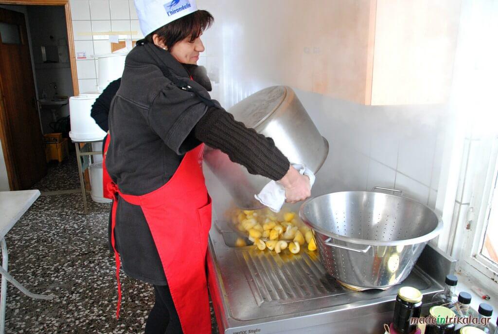 Γυναίκες φτιάχνουν γλυκά κουταλιού