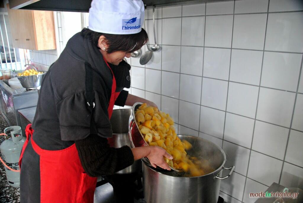 Γυναίκες σε συνεταιρισμό φτιάχνουν παραδοσιακά γλυκά