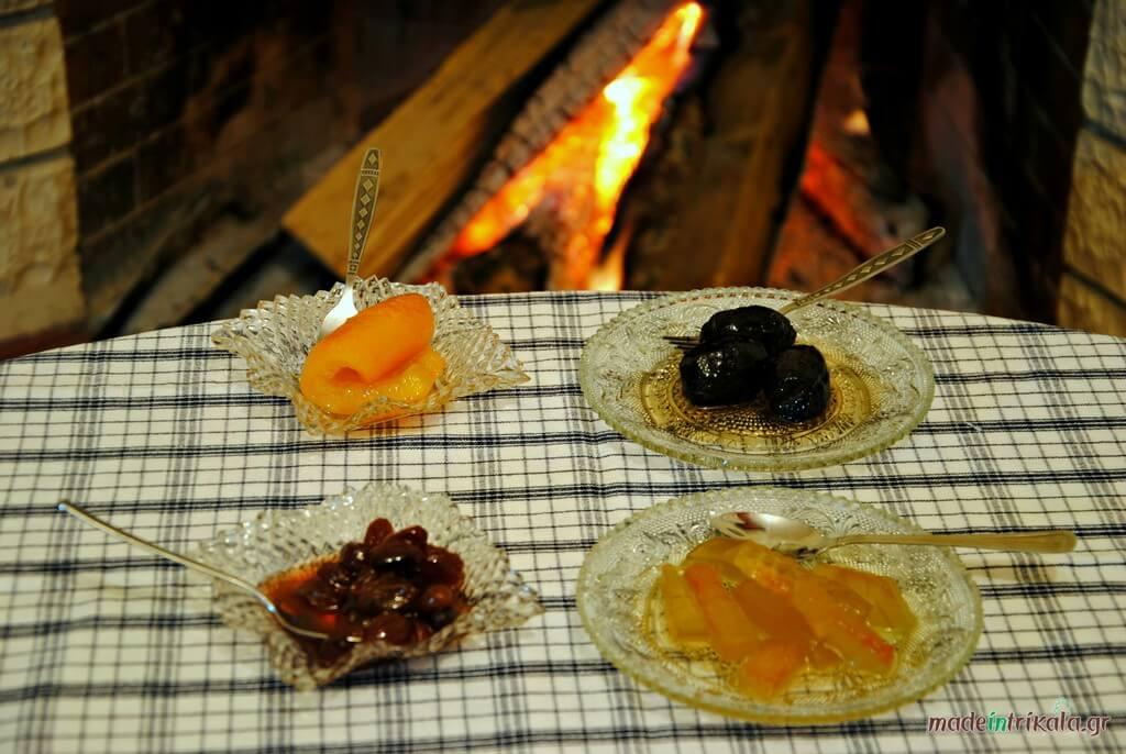 Γλυκά κουταλιού σερβιρισμένα σε παραδοσιακά πιατάκια