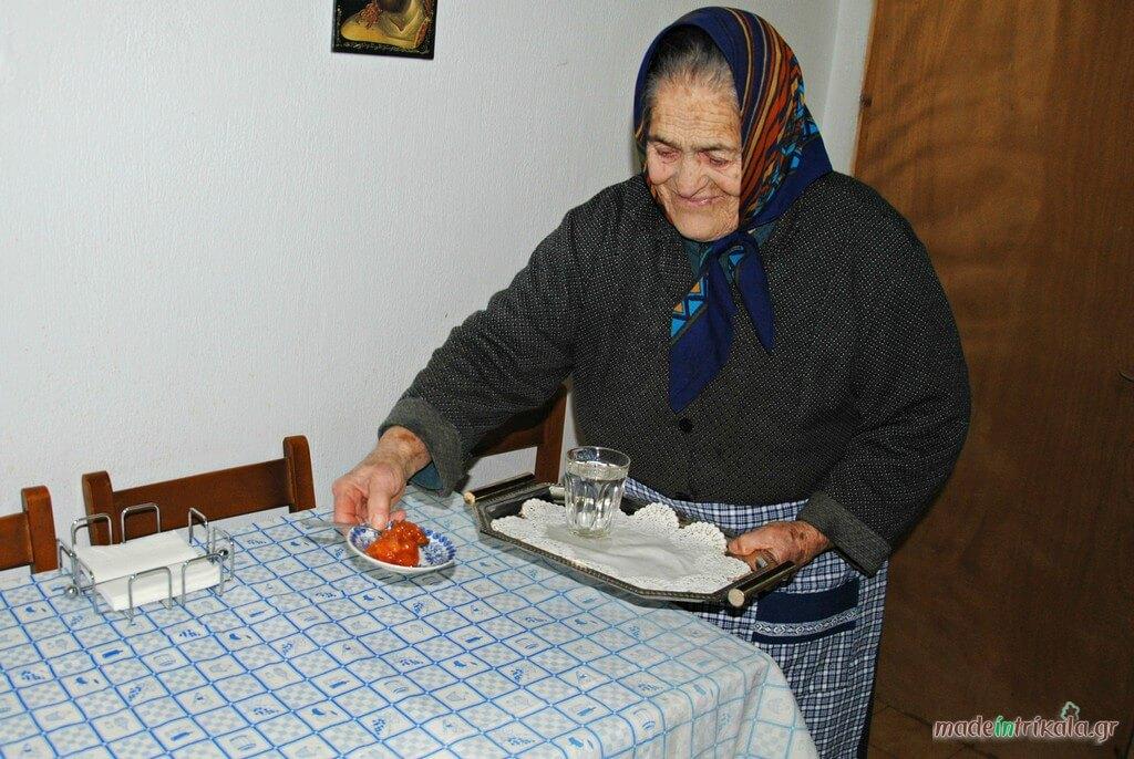 Γιαγιά σερβίρει γλυκά κουταλιού