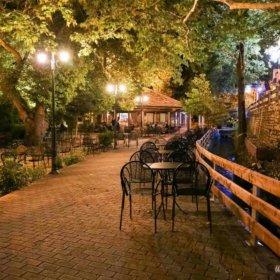 Καφέ Εννοδία Πύλη, βράδυ