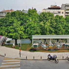Diverso cafe Trikala, καφές στο ποτάμι