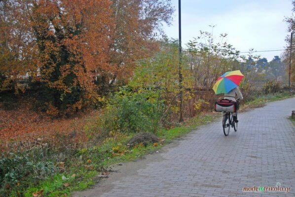 podilatis me polyxromi ombrella sta Trikala