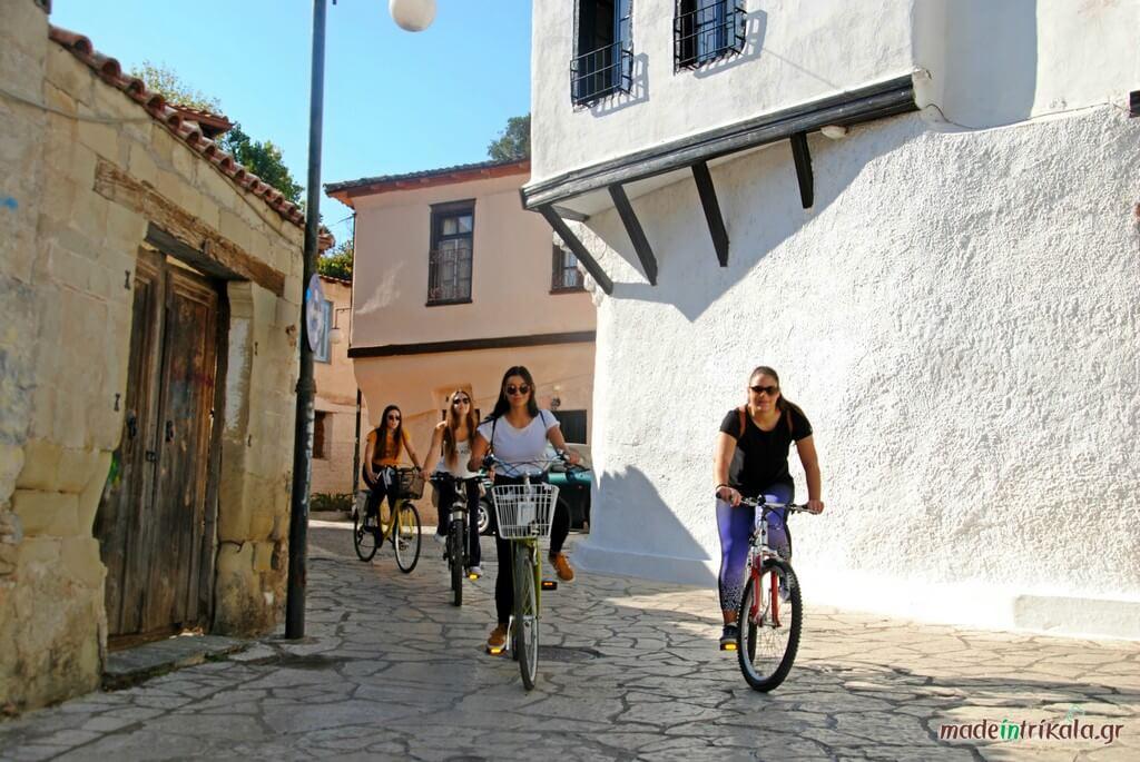 Κοπέλες με ποδήλατα στο Βαρούσι παλιά πόλη Τρικάλων