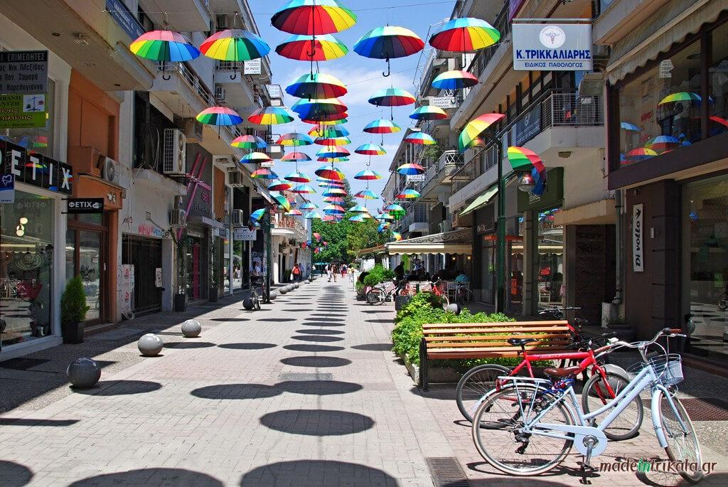 Η Οδός Απόλλωνος στα Τρίκαλα, ο δρόμος με τις ομπρέλες