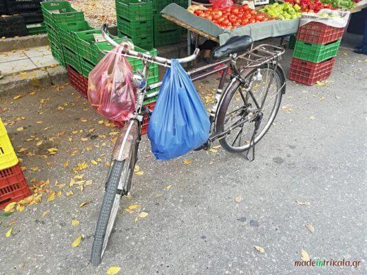 Τρίκαλα, ποδήλατο αντίκα (ματρακάς) στη λαϊκή αγορά