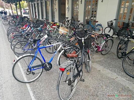 Τρίκαλα, πολλά ποδήλατα σταθμευμένα στην Ασκληπιού
