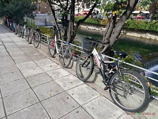 Τρίκαλα, ποδήλατα σταθμευμένα στο ποτάμι