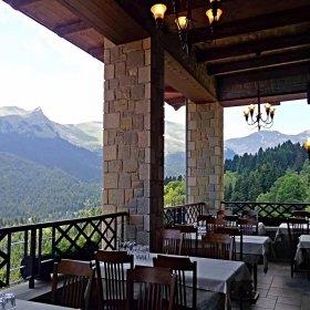 Νεραϊδοχώρι ταβέρνα Νιαβής, θέα στα βουνά