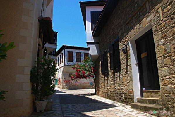 Βαρούσι Τρίκαλα παλιά πόλη, σοκάκι με μπουκαμβίλια