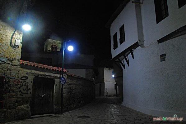 Βαρούσι Τρίκαλα παλιά πόλη, στενά του Σακαφλιά, νυχτερινή
