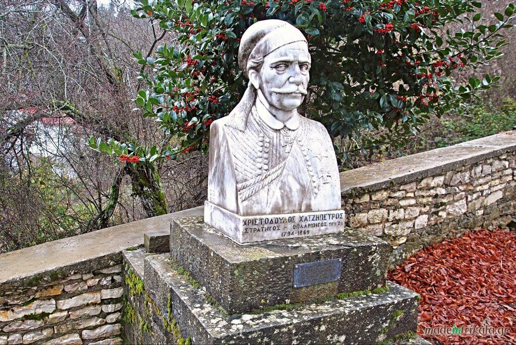 Η προτομή του Χριστόδουλου Χατζηπέτρου, οπλαρχηγού της Νότιας Πίνδου
