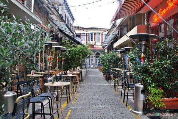 Δρόμος με μπαρ στα Μανάβικα Τρικάλων