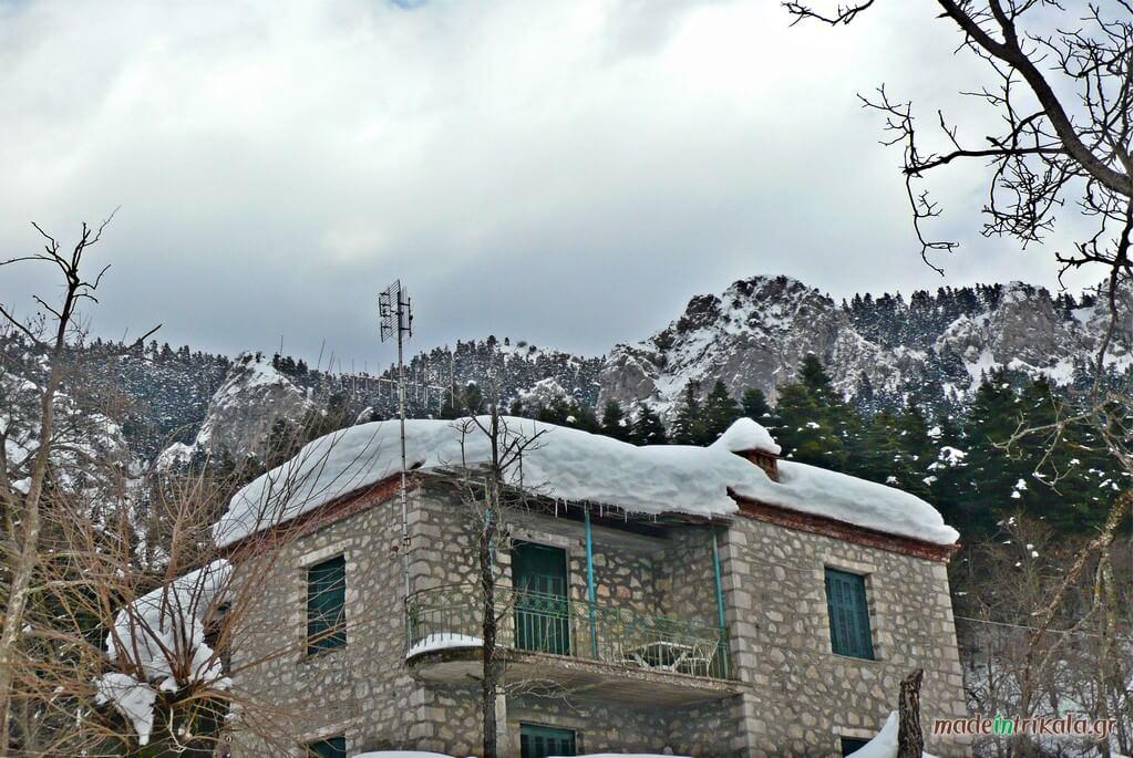 Πέτρινο διώροφο χιονισμένο στην Ελάτη