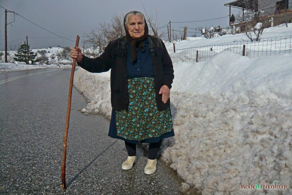 Γιαγιά στα χιονισμένα χωριά της Νότιας Πίνδου