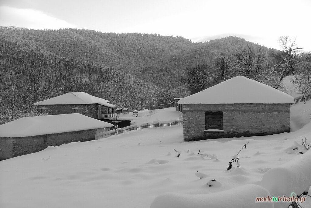 Πέτρινα σπίτια στα ορεινά χωριά των Τρικάλων, ασπρόμαυρη φωτογραφία