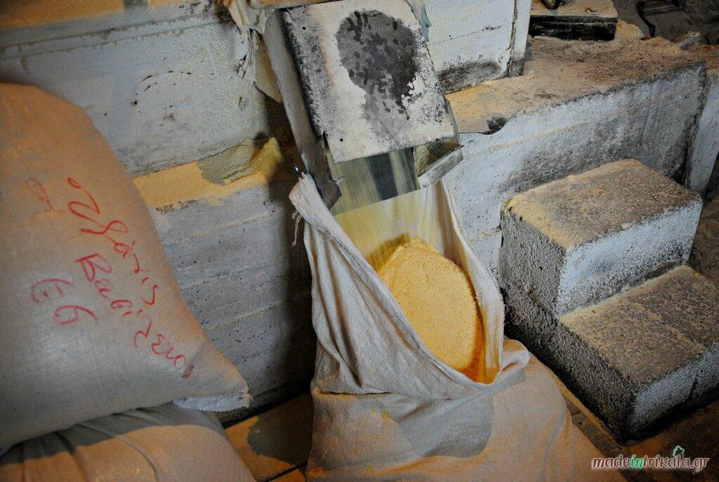 Αλεύρι παράγεται στο νερόμυλο Παλαιοκαρυάς Τρικάλων