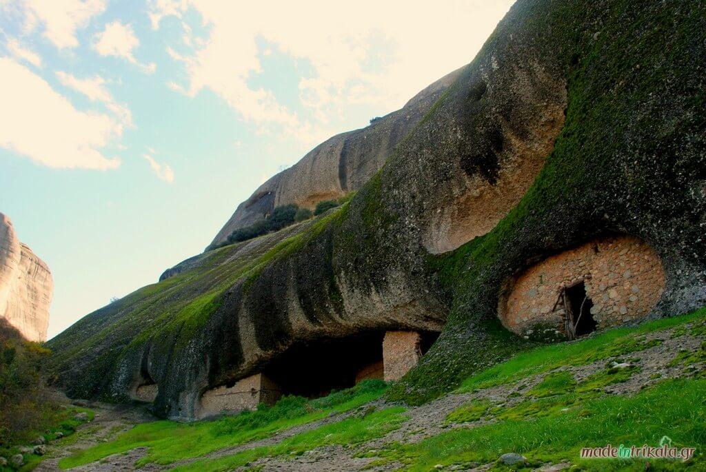 Παλιά ασκηταριά σε σπηλιές βράχων