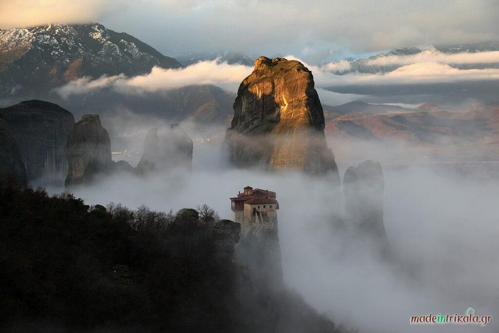 Μετέωρα με ομίχλη, η μονή Ρουσάνου με φόντο το Άγιο Πνεύμα