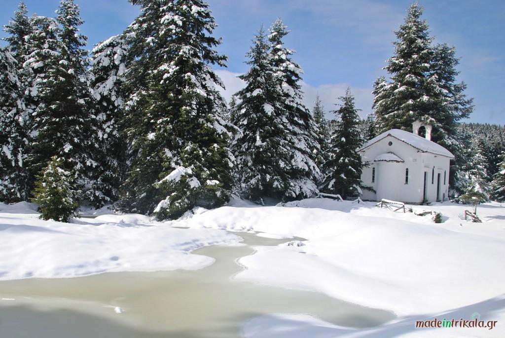 Το εκκλησάκι των Αποστόλων Πέτρου και Παύλου κοντά στο χιονοδρομικό κέντρο στον Κόζιακα