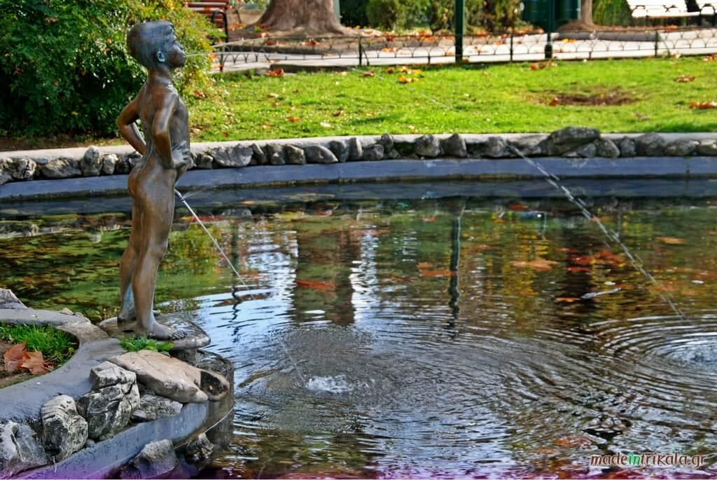 Τρίκαλα, το άγαλμα του Νικολάκη στη λιμνούλα της Κεντρικής Πλατείας